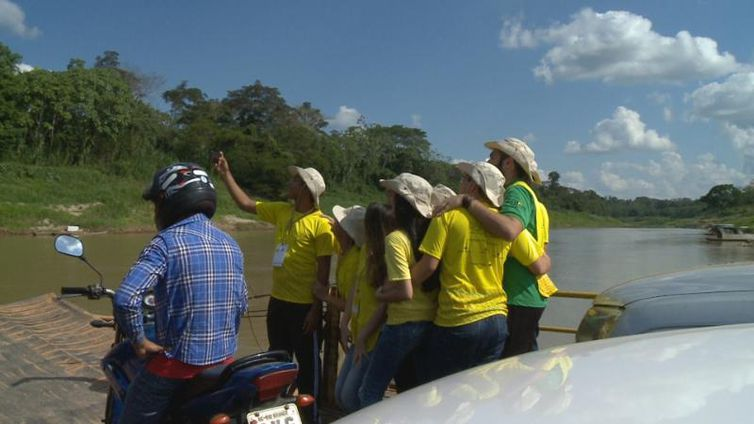 Rondonistas fazem travessia de balsa em Porto Acre (AC)