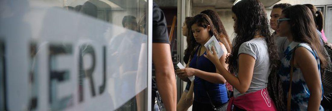 Candidatos participam do Exame Nacional do Ensino Médio (Enem) na Uerj