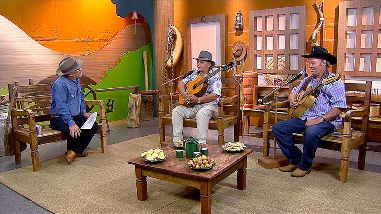 Os violeiros Zé Rosa & Mandurí têm um dedo de prosa com o apresentador Luiz Rocha no Brasil Caipira