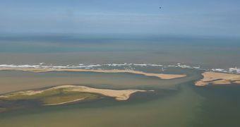 Lama de rompimento de barragem em Mariana (MG) chega ao mar do Espírito Santo