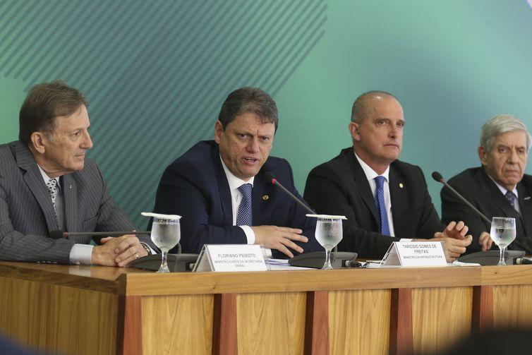 Os ministros da Secretaria-Geral, Floriano Peixoto, da Infraestrutura, Tarcísio Gomes de Freitas, da Casa Civil, Onyx Lorenzoni, e do GSI, General Augusto Heleno, anunciam medidas para atender o setor de transporte de cargas do país.