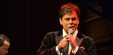 O cantor Márcio Gomes mostra seu talento no programa Todas as Bossas