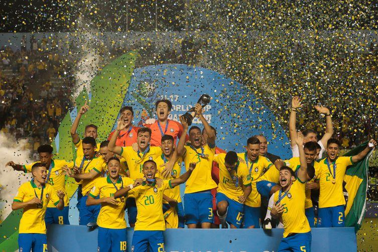 Brasil vence México de virada, com gol nos acréscimos do 2º tempo na Copa do Mundo Sub 17