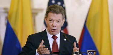 """Colômbia - Na Colômbia, o presidente Juan Manuel Santos e o comandante das Forças Armadas Revolucionárias da Colômbia (Farc), Rodrigo Echeverri, o """"Timochenko"""", assinaram no dia 24 de novembro, em Bogotá, um acordo de paz que pôs fim ao"""