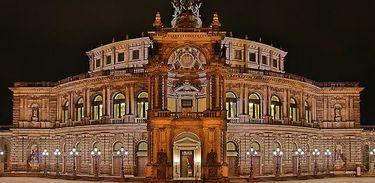 Ópera Semper à noite, em Dresden, Alemanha