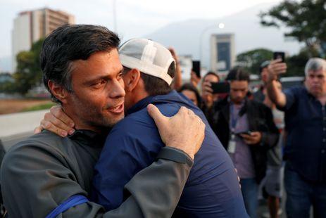 O líder oposicionista venezuelano Leopoldo López abraça um apoiador  durante manifestação contra o governo do presidente Nicolás Maduro,  perto da Base Aérea La Carlota, em Caracas.