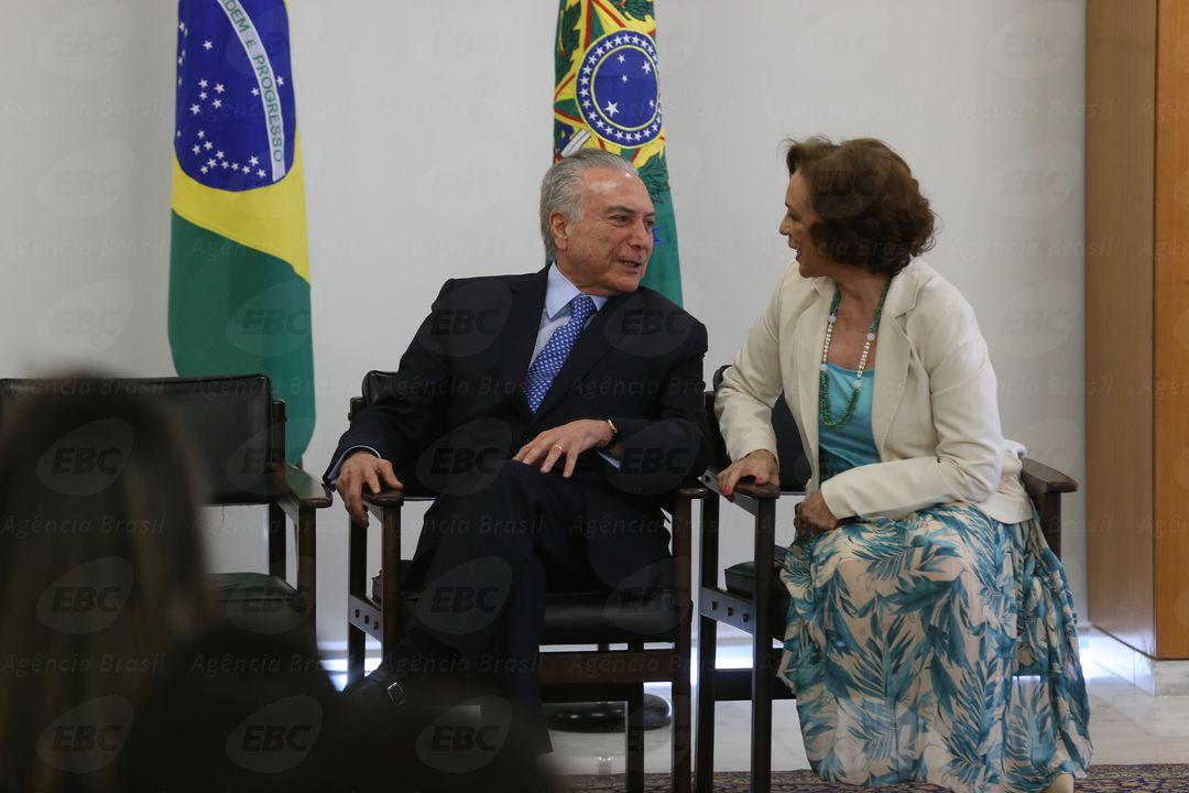 Brasília - O  presidente Temer e a secretária especial de Políticas para as Mulheres, Fátima Pelaes, durante assinatura do decreto de criação da Rede Brasil Mulher (Valter Campanato/Agência Brasil)
