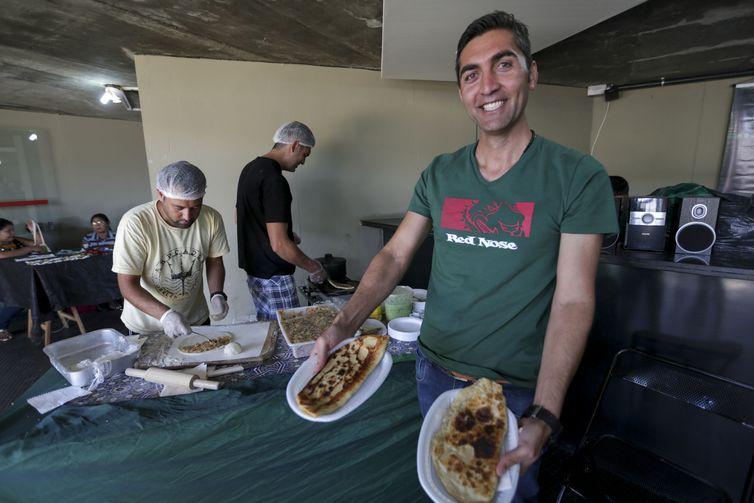 Migrarte 2018 - encontro celebra o Dia Mundial do Refugiado e a Semana do Migrante. O evento acontece no Memorial dos Povos Indígenas. Na foto, o afegão Omidullah Hamidzai, vende comida típica