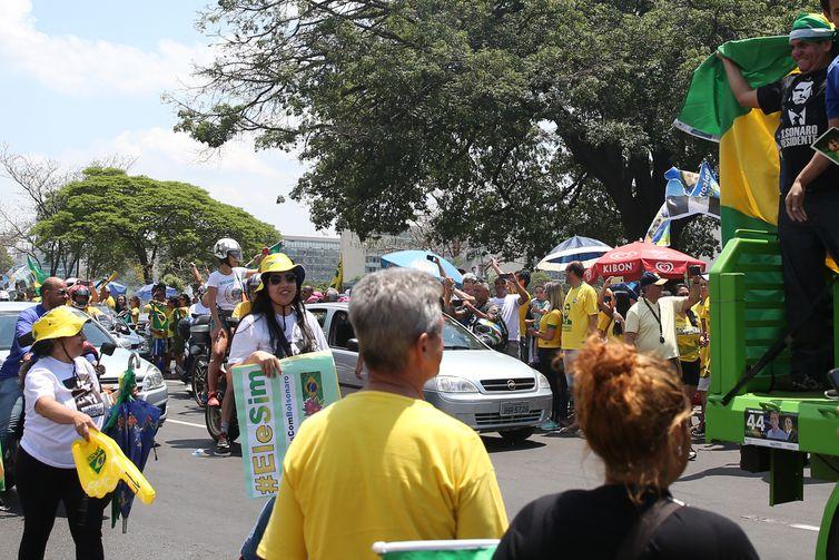 Carreata pelas ruas de Brasília a favor do candidato à Presidência da República, Jair Bolsonaro.