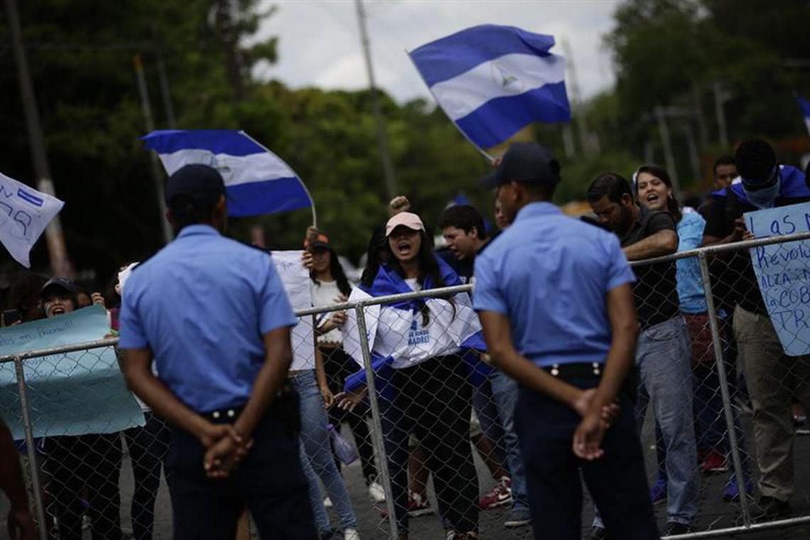Manifestantes em frente ao Seminário de Fátima, onde o presidente da Nicarágua, empresários e estudantes se reuniram hoje para buscar resolver a crise sociopolítica no país