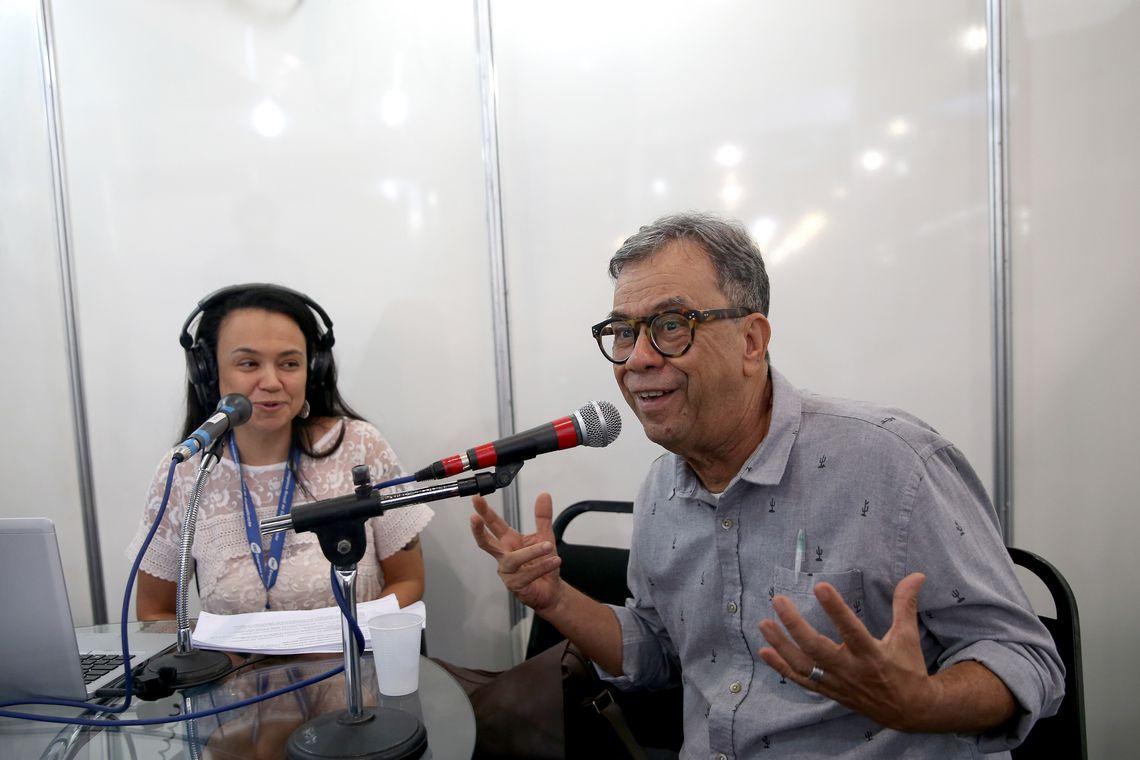 Brasília - O curador da 33ª Feira do Livro de Brasília, Luis Turiba,  concede entrevista à Radio Nacional de Brasília (Wilson Dias/Agência Brasil)
