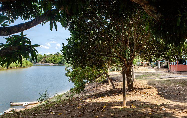 Panorâmica da comunidade Rio Novo, com o rio e as casas.