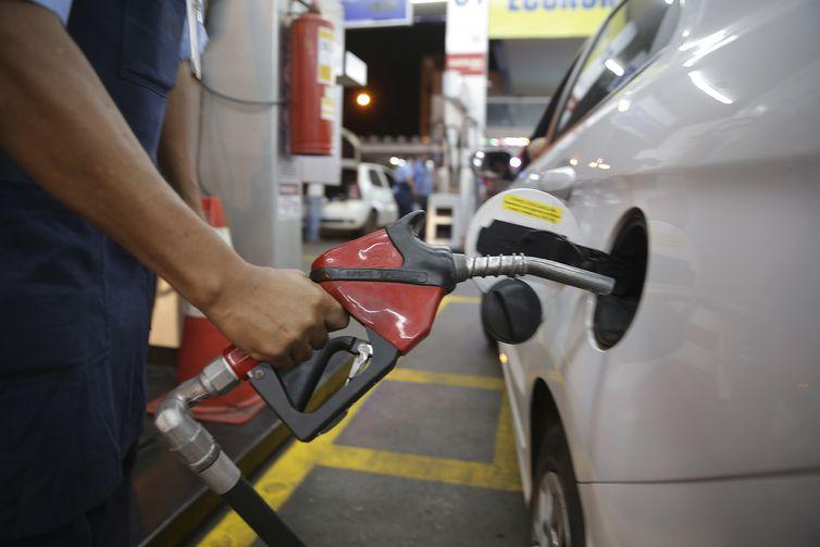 Resultado de imagem para fotos de abastecimento de combustiveis no brasil