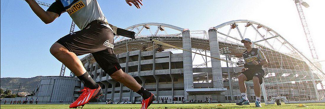 O atacante Zeballos, do Botafogo, participa de treino físico no Engenhão
