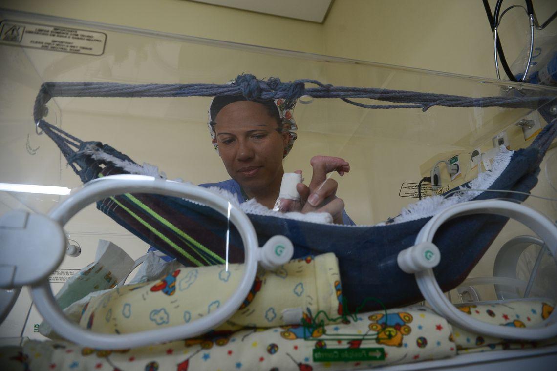 Brasília – Bebês prematuros que nascem no Hospital Regional de Santa Maria, região administrativa localizada a 26 km de Brasília, estão sendo colocados em mini-redes de algodão adaptadas dentro das incubadoras como uma alternativa para