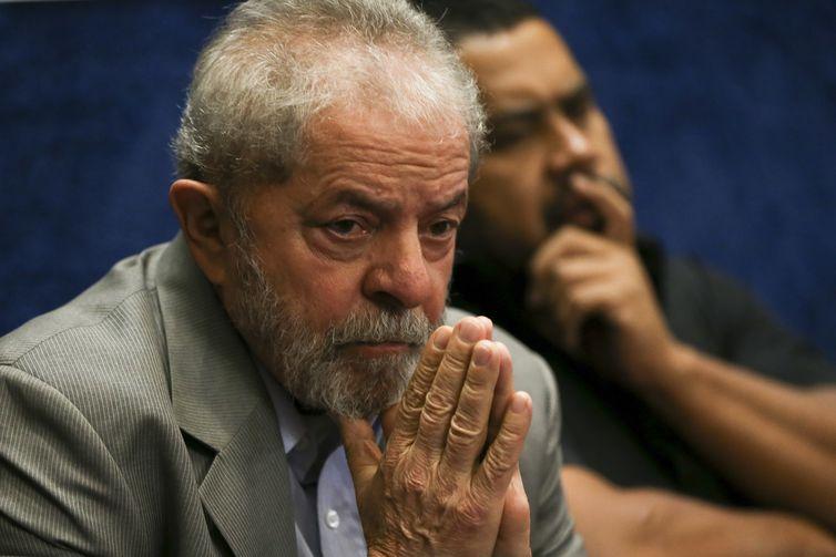 Brasília - O ex-presidente Luiz Inácio Lula da Silva assiste a presidenta afastada Dilma Rousseff fazer sua defesa durante sessão de julgamento do impeachment no Senado (Marcelo Camargo/Agência Brasil)