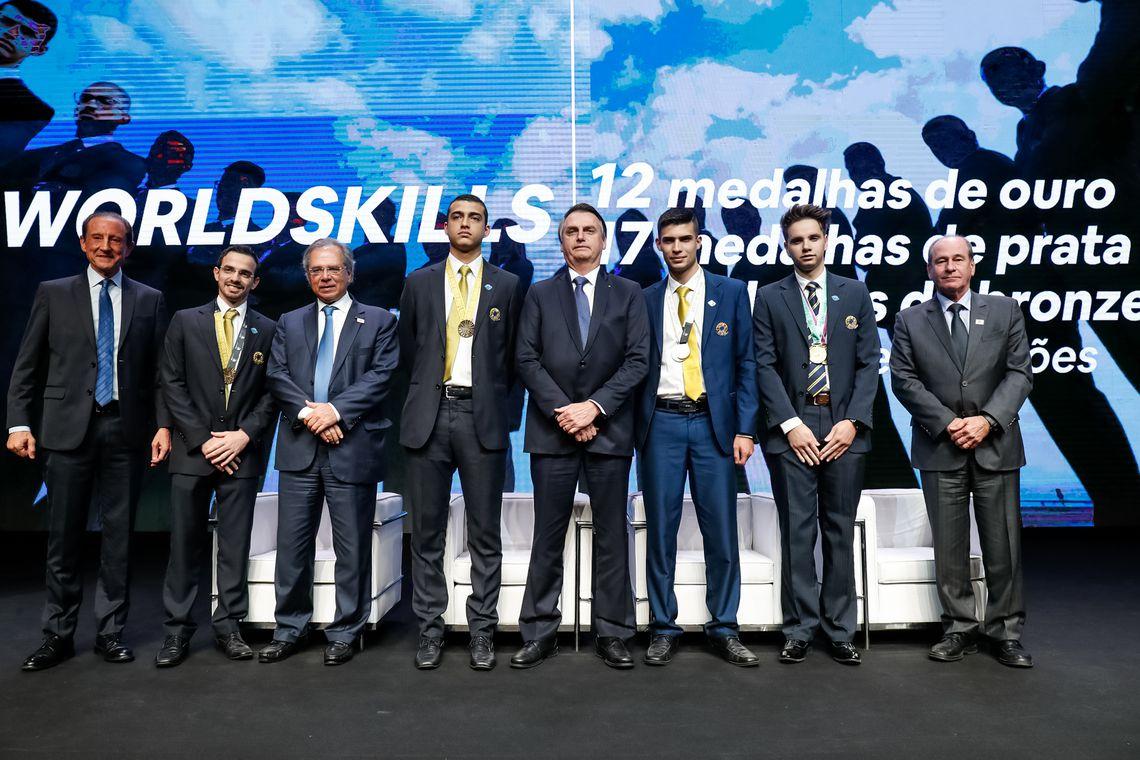 Presidente da República, Jair Bolsonaro, cumprimenta alunos do Senai, medalha de ouro no World Skills, campeonato mundial de formação profissional.