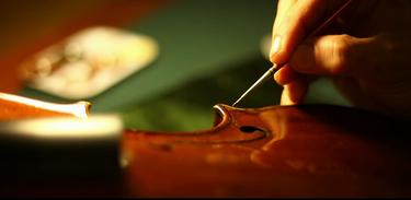 """Cordas Friccionadas é o tema do episódio de estreia de """"Luthiers - mãos que soam vida"""""""