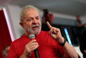 Ex-presidente Luiz Inácio Lula da Silva discursa no Sindicato dos Metalúrgicos do ABC, em São Bernardo do Campo, onde acompanha julgamento de recurso contra condenação no caso triplex do Guarujá (Reuters/Leonardo Benassatto/Direitos