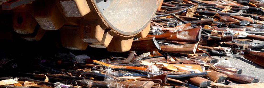 Destruição das armas realizada pela Campanha Nacional do Desarmamento. Na sequência, material é encaminhado para incineração.