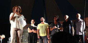 A poetisa Elisa Lucinda e os escritores Marcia Tiburi, Marcelo Moutinho, Suzana Vargas, Alberto Schprejer e Daniel Bandeira Louzada, durante a leitura do manifesto no Festival pela Democracia, na Cinelândia.