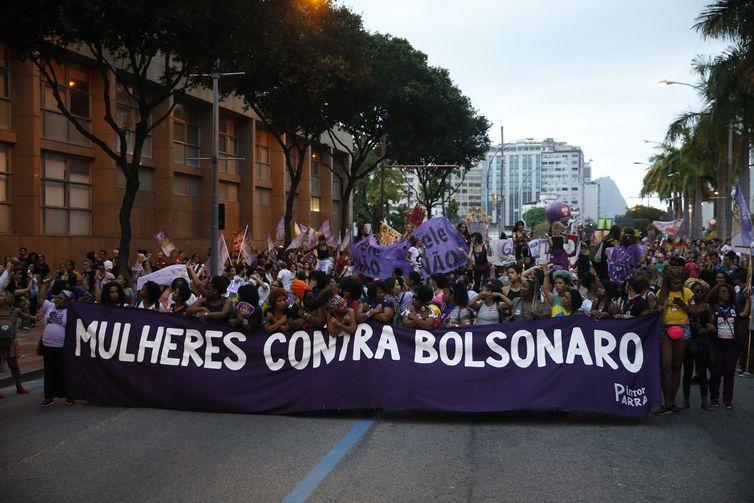 Mulheres protestam contra o presidenciável Jair Bolsonaro no centro do Rio.