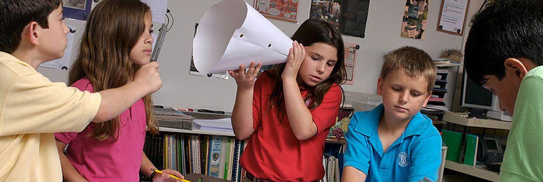Crianças fazem atividade em sala de aula