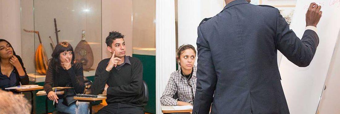 Refugiados ensinam idiomas e compartilham experiências no Abraço Cultural