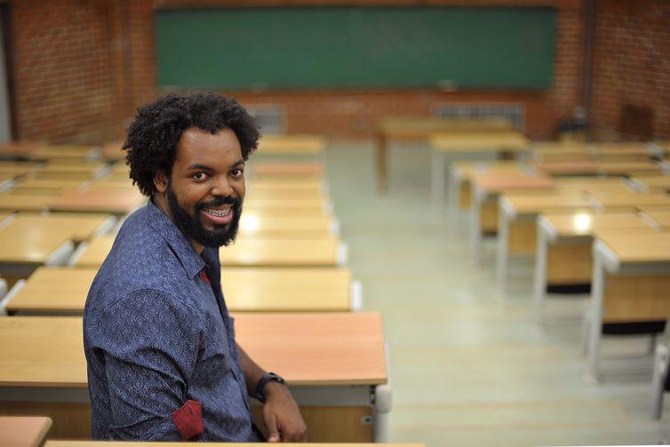 """""""As ações afirmativas produziram algo que é realmente inédito na universidade, que é trazer esse olhar diverso para dentro da academia"""", avalia o cientista político Derson Maia"""