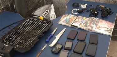 Celulares, facas, DVDs e uma churrasqueira são apreendidos nas celas da Unidade Prisional da Polícia Militar em Niterói (Divulgação/MP-RJ)
