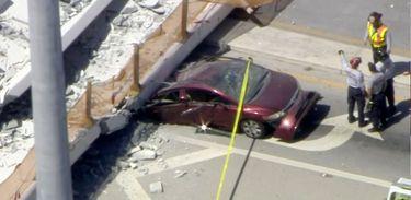 Vários veículos foram atingidos pelo desabamento da passarela de pedestres na Florida International University em Miami