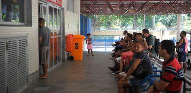Rio de Janeiro - Pacientes e visitantes aguardam na entrada do Hospital Municipal Souza Aguiar, centro do Rio (Tomaz Silva/Agência Brasil)