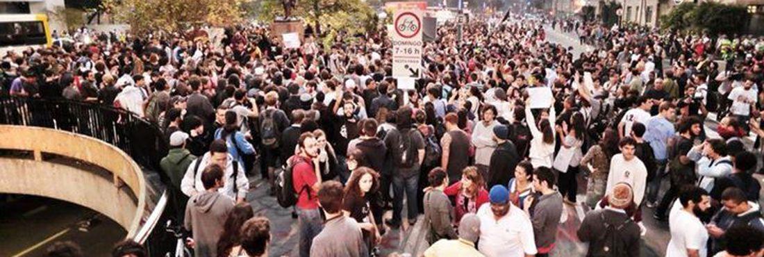Manifestantes convocados pelo Movimento Passe Livre (MPL) se concentram na Praça do Ciclista para protesto contra aumento da passagem em SP