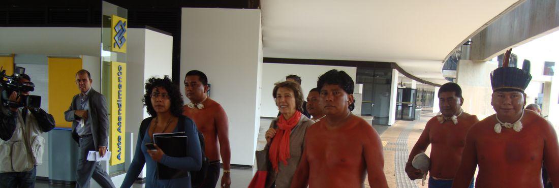 Maria Rita Kehl recebe indígenas Xavante de Marãiwatsédé em reunião da Comissão Nacional da Verdade