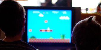 Crianças jogam videogame