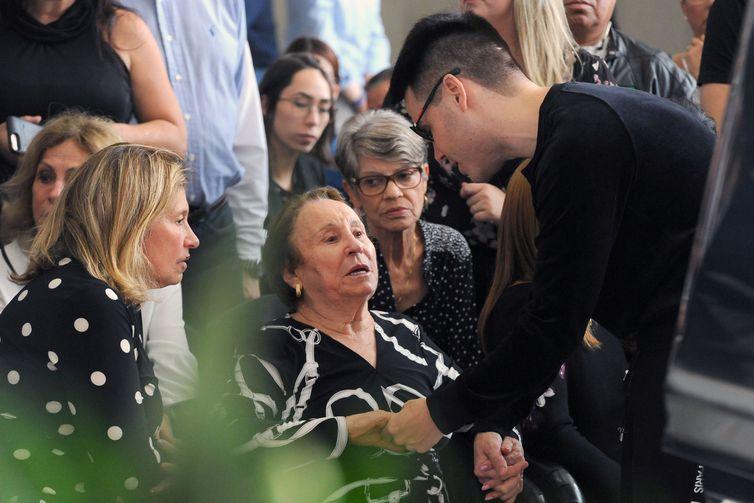 Mãe de Gugu, Maria do Céu é consolada por Luiz Bacci