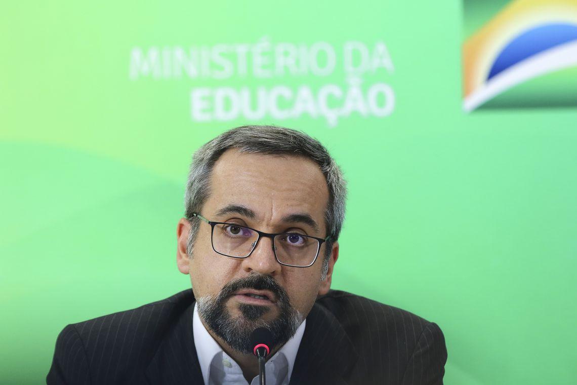 O ministro da Educação, Abraham Weintraub, faz balanço sobre o Exame Nacional para Certificação de Competências de Jovens e Adultos (Encceja).