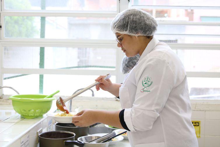 São Paulo - Natália Silva, aluna do curso técnico de nutrição e dietética da Escola Técnica Estadual (Etec) Heliópolis, prepara molho com ervas da horta cultivada no pátio da escola e vencedora do Prêmio Desafio 2030, organizado pelo Akatu,
