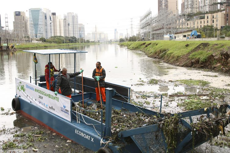 Testes com dois barcos coletores de resíduos flutuantes, os chamados Ecoboats, no rio Pinheiros, em São Pauo.