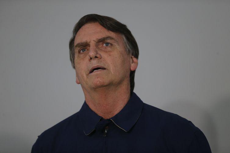O candidato à presidencia da República Jair Bolsonaro (PSL) concede entrevista ao receber faixa preta de jiu-jitsu em homenagem de lutadores, no bairro Jardim Botânico.