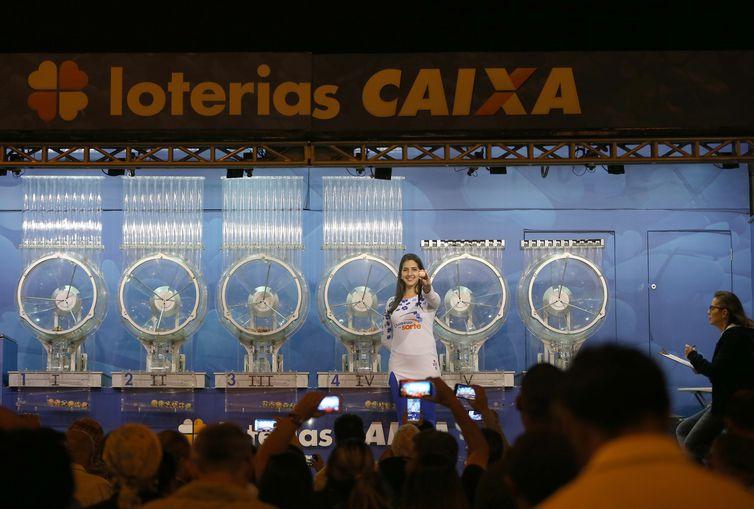 Brasília - O Caminhão da Sorte da Caixa sorteia o concurso 1.986 da Mega-Sena, valendo um prêmio de R$19 milhões, em Samambaia, cidade-satélite de Brasília (Wilson Dias/Agência Brasil)