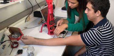 Marcela Tuller, mestre em engenharia de telecomunicações, e Artur Neves, estudante de medicina