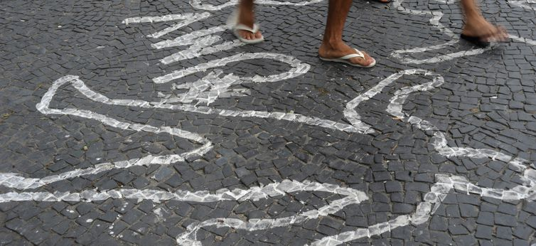 Rio de Janeiro - Campanha contra homicídios de jovens negros pinta centenas de silhuetas de corpos no chão do Largo da Carioca (Fernando Frazão/Arquivo Agência Brasil)