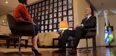 Roseann Kennedy conversa com o embaixador de IsraelYossi Shelley