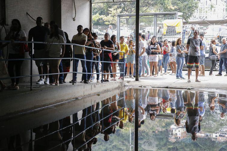 Eleitores da Rocinha encontram longas filas para votar hoje (7) na garagem do Centro Municipal de Cidadania Rinaldo de Lamare e no Centro de Educação de Jovens e Adultos.