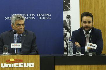 O ministro dos Direitos Humanos, Gustavo Rocha faz palestra no seminário para celebrar os 30 anos da Constituição Federal e os 70 anos das Declarações Americana e Universal, promovido pelo o Ministério de Direitos Humanos e UniCeub.