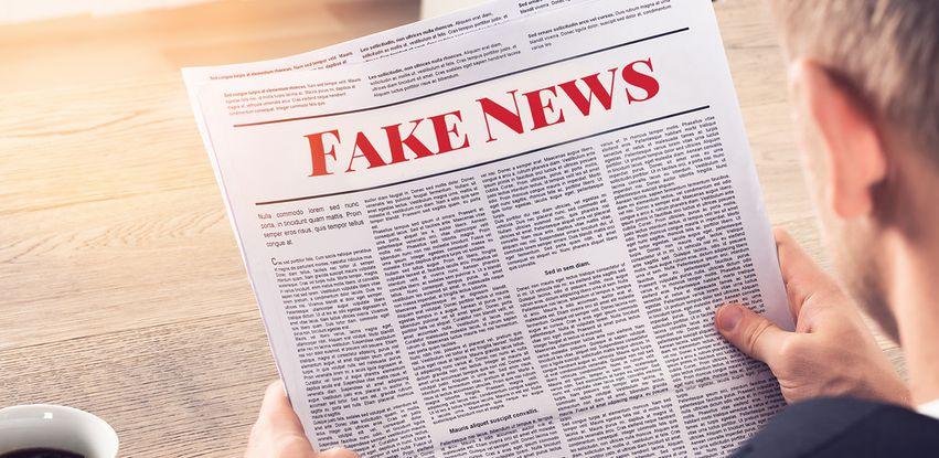 Pessoa lendo Fake News