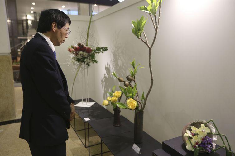 O embaixador do Japão, Akira Yamada, visita a exposição Ikebana - Expressão e Forma, que comemora os 110 anos da imigração japonesa no Brasil.