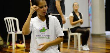 Tradução em Libras com encenação de temática inclusiva no lançamento de mais uma turma do projeto Agentes de Promoção da Acessibilidade, na biblioteca da Rocinha