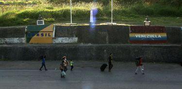 Venezuelanos caminham em direção a Pacaraima (RR)